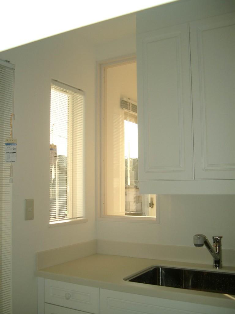 Iさんの家(麻生区)キッチン小窓・・・リビング・ダイニングの様子を伺える