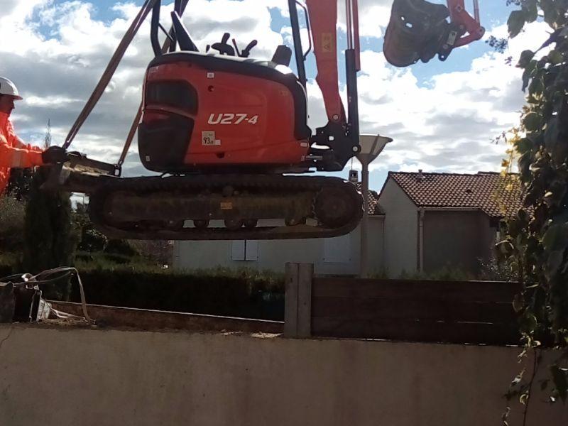 terrassement pour creuser un trou piscine par dessus un mur de clôture