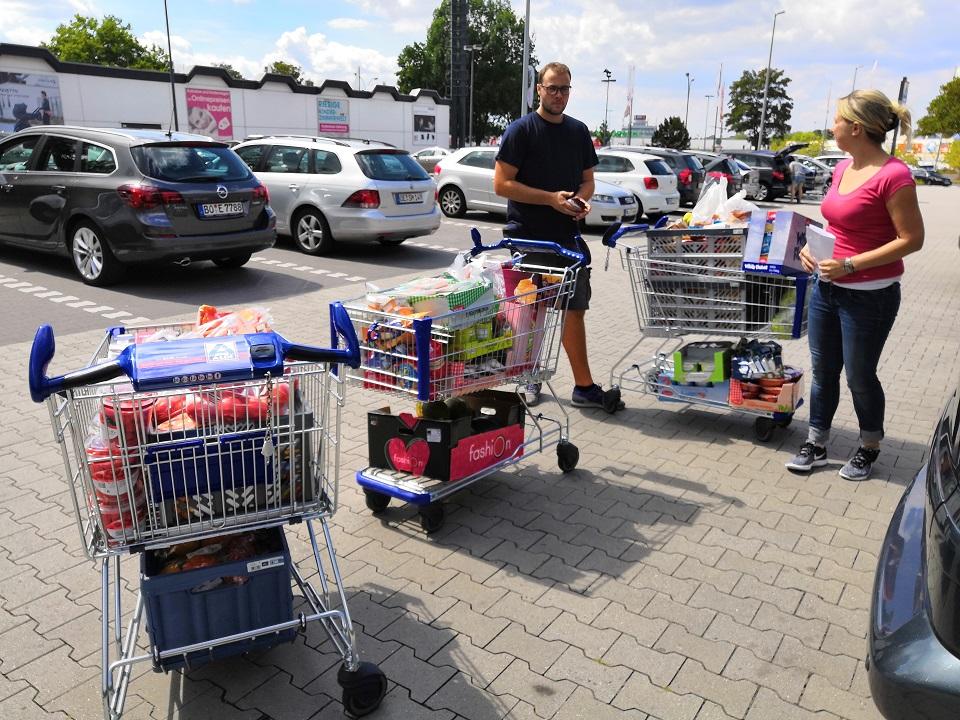 Drei von neun Einkaufswagen...