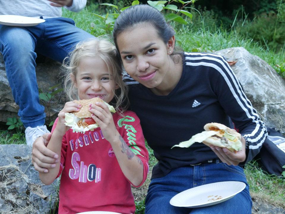 Burger-Essen auf dem Spielplatz
