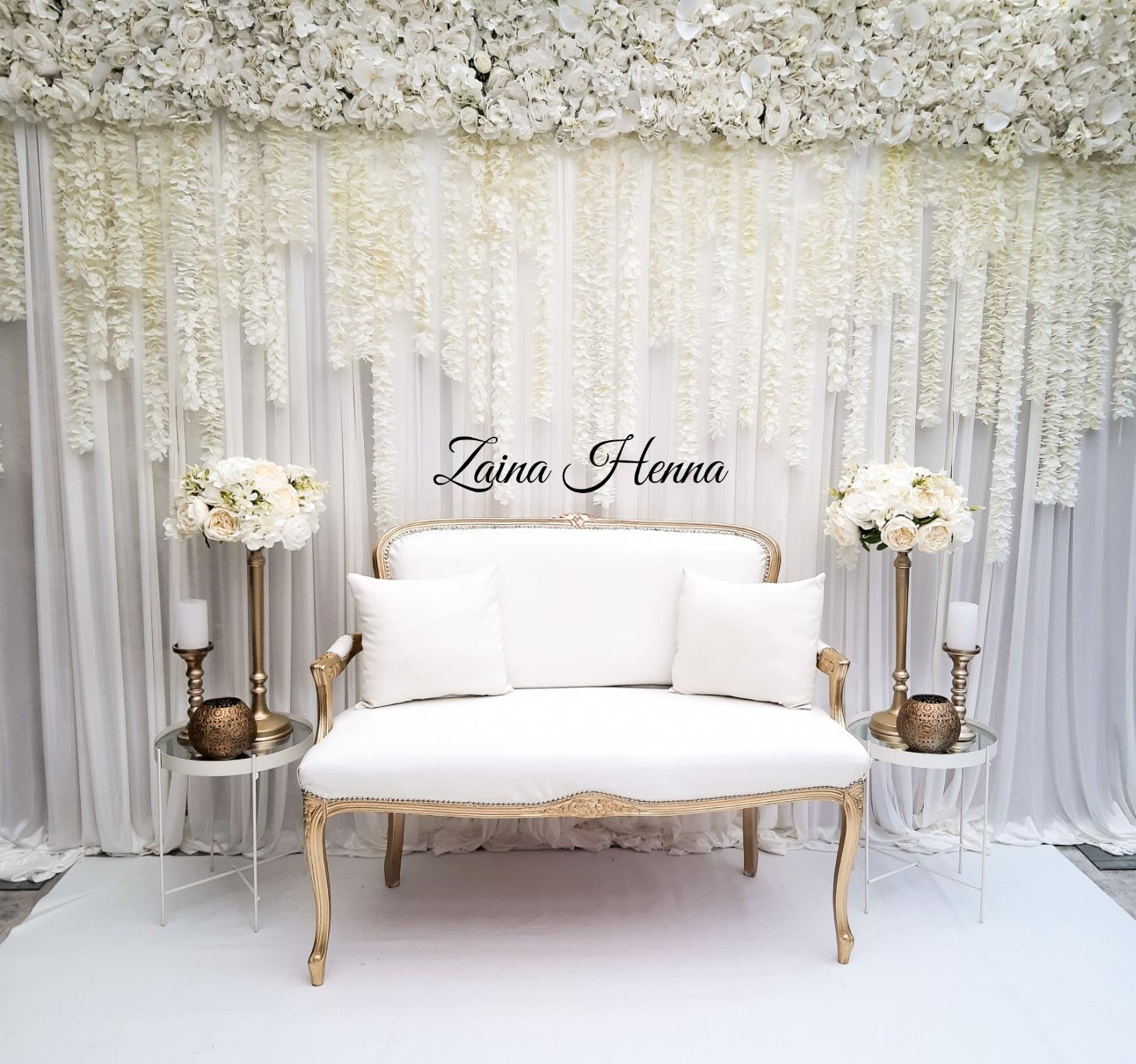 Queen Anne Bank met achterwand gordijnen wit & bijzet tafels en accessoires goud/wit €170,-