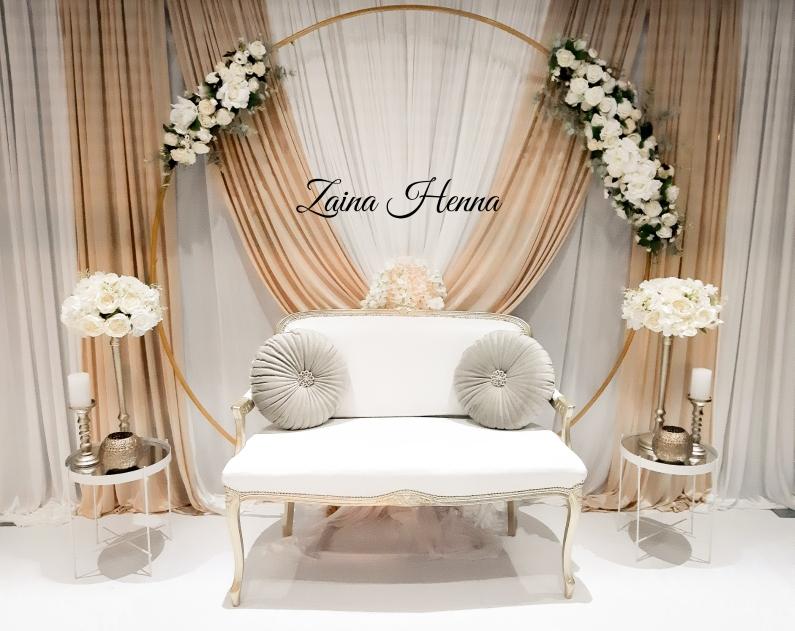 Queen Anne bank met achterwand 400cm breed & bloemen cirkel met accessoires wit/goud €250,-