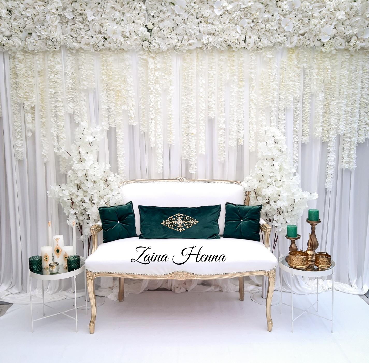 Queen Anne bank met vallende bloemen  (bijzet tafels en accessoires groen /goud) €180,-