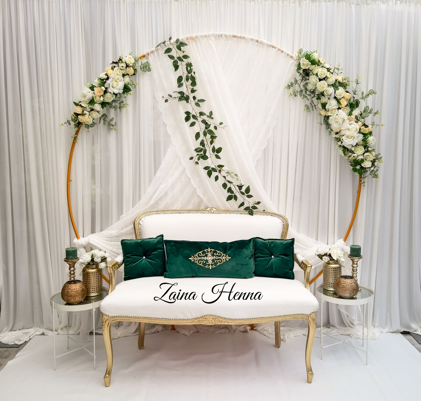Queen Anne bank achterwand bloemen cirkel wit met accesoires groen en goud  €210,-