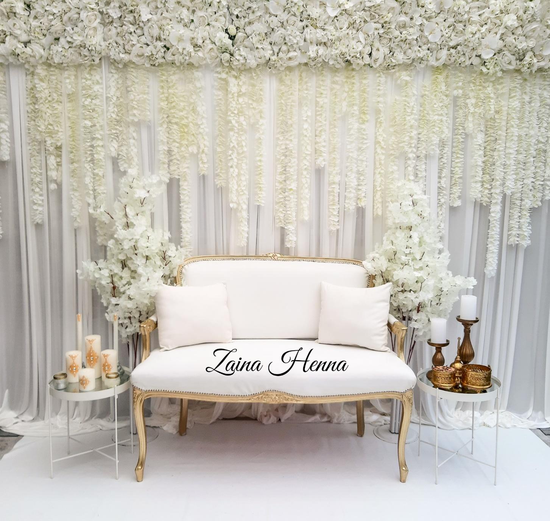 Queen Anne bank met achterwand vallende bloemen & accessoires goud & bordeau  €180,-