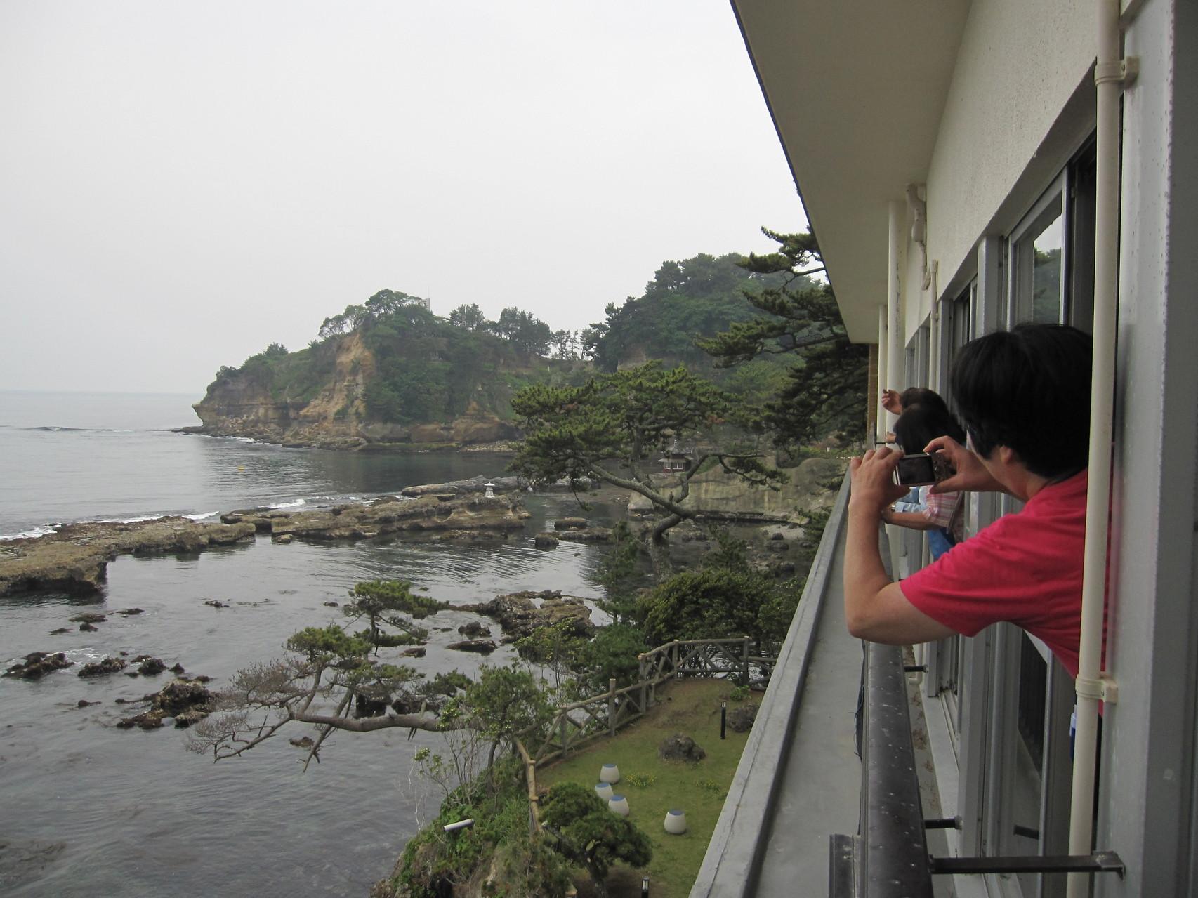 北茨城市五浦(いづら)の五浦観光ホテルで休憩。ここは7.6メートルの津波で1F温泉場は全壊