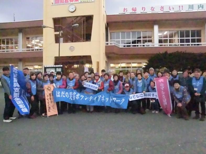 川内村役場で記念写真
