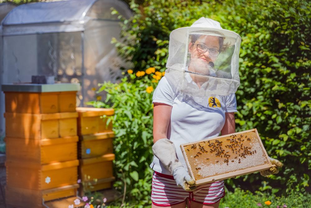 Imkerin Johanna Trenkelbach mit einer Honigwabe.