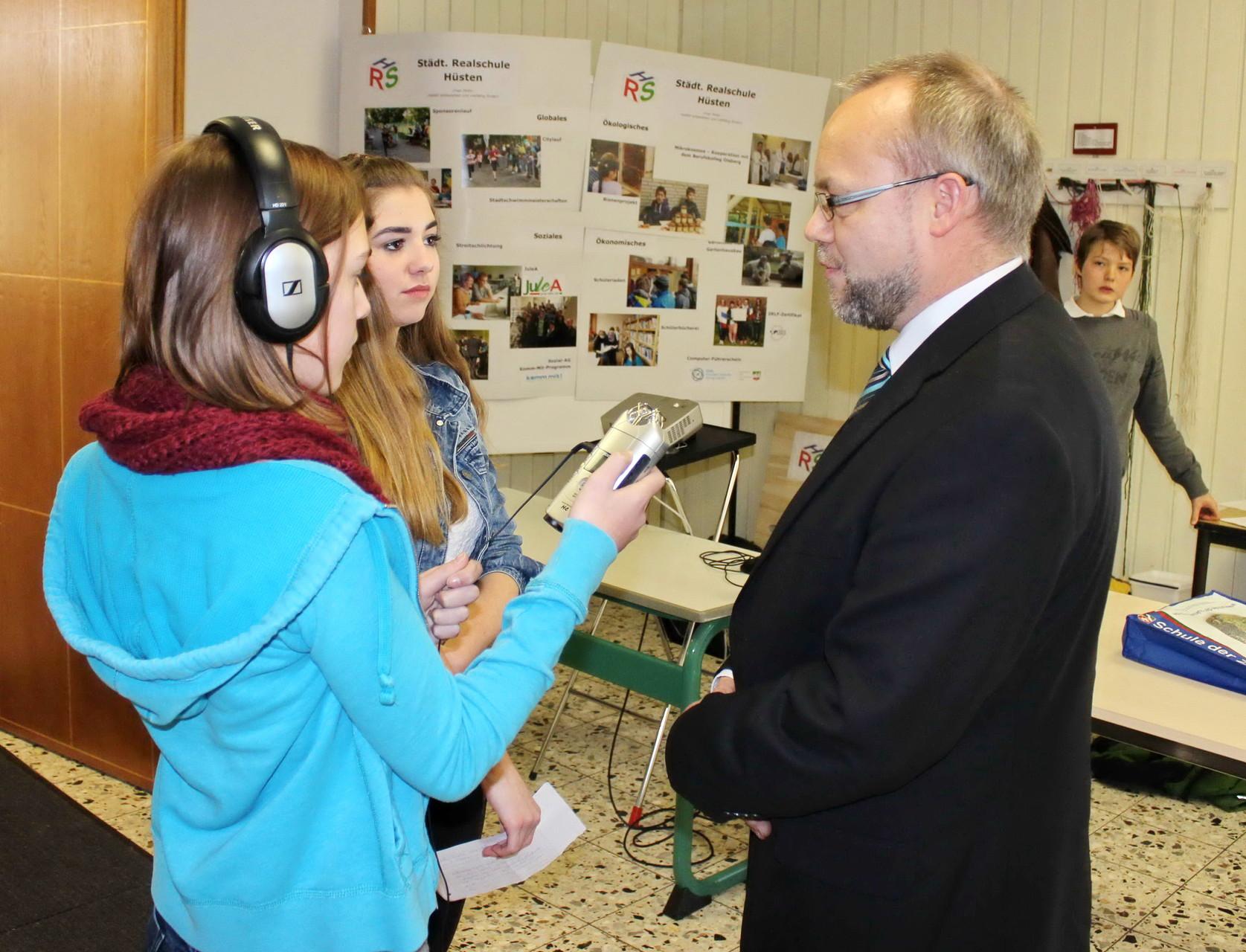 """Die ebenfalls ausgezeichneten Schülerinnen von """"Radio Rasant""""  der Städtischen Realschule Sundern beim Interview mit Konrektor Rogér Kummer"""