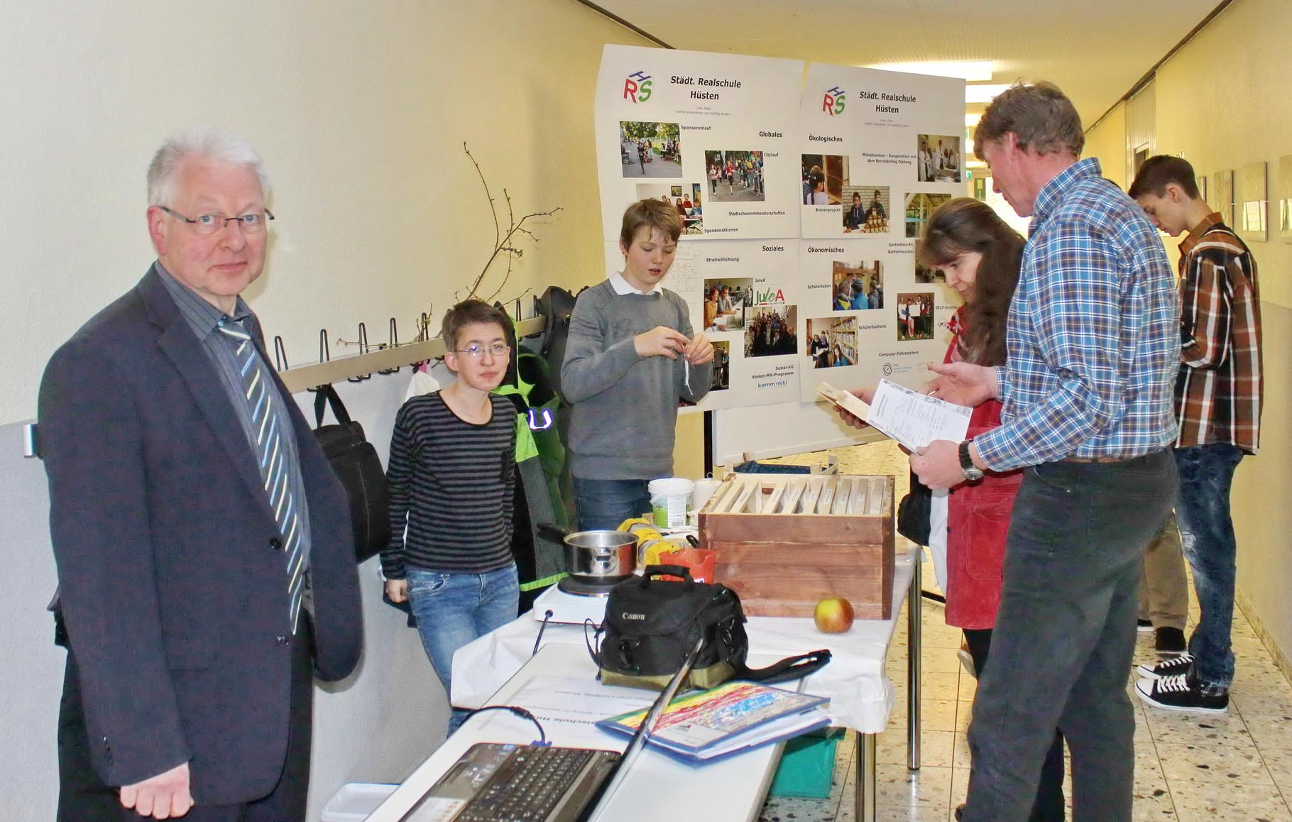 Stand der Städtischen Realschule Hüsten (links Schulleiter Dr. Ulrich Kleine, Maria Gehrke (9b) und Jan Monier (7b) von der Imkerei-AG und vorn rechts AG-Leiter Matthias Möllmann)