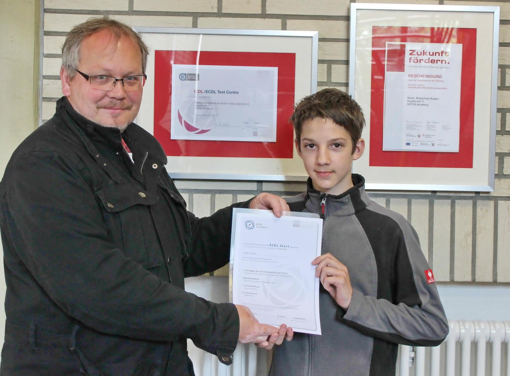 Informatik: Lehrer und Schüler sind stolz auf das ECDL-Zertifikat (European Computer Driving Licence)
