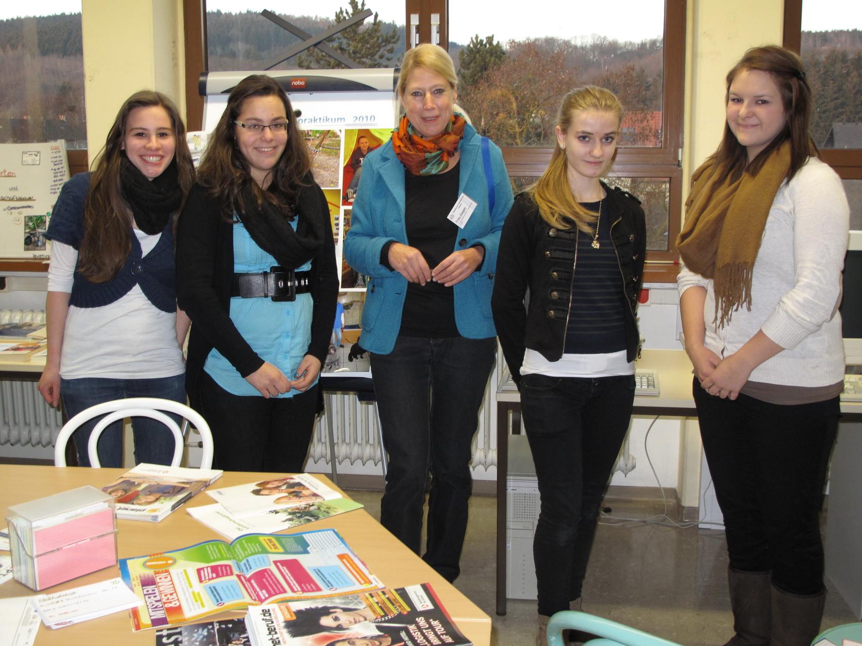 StuBO-Koordinatorin (Studien- und Berufswahlorientierungs-Koordinatorin) Petra Ziegler mit Schülerinnen im BOB (Berufswahlorientierungsbüro)
