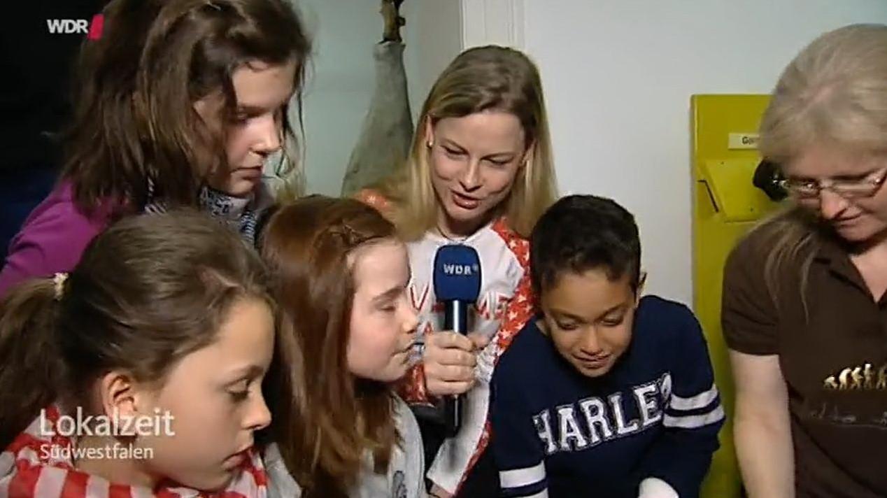 Schüler der 5b mit WDR-Journalistin Solveig Flörke und Museumspädagogin Beatrix Marienfeld