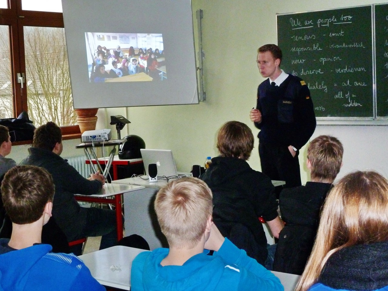 Kapitänleutnant Heiner Garvens, Jugendoffizier Arnsberg, zeigte u.a. Bilder aus Afghanistan.