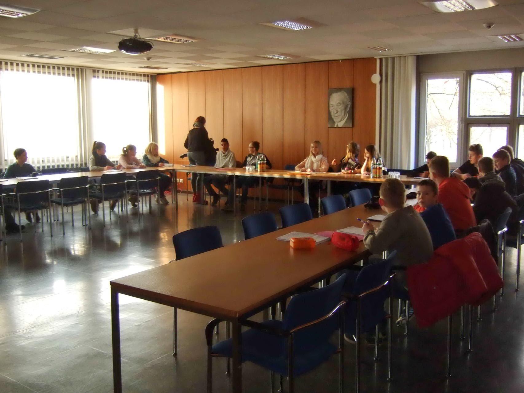Warten auf Bürgermeister Vogel im Konrad-Adenauer-Saal