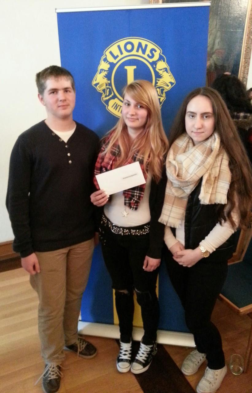 Manuel Nieder (8c), Nina Pirc und Mehtap Saribas (10b) freuen sich über den Scheck.