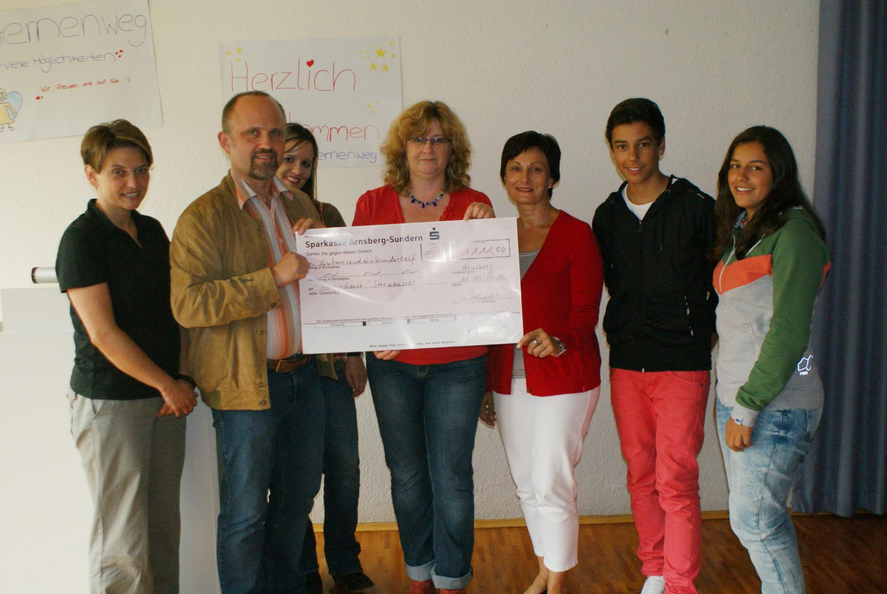 """Spendenübergabe an Vertreter des Projekts """"Sternenweg"""""""