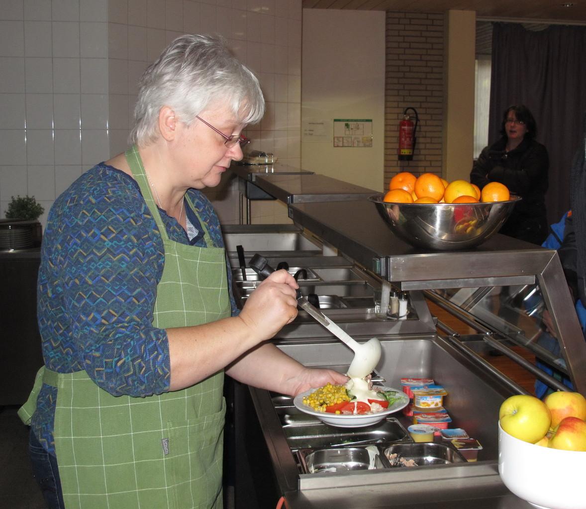 In freundlicher Atmosphäre serviert Martina Sauerwald leckere Menüs und Salate.