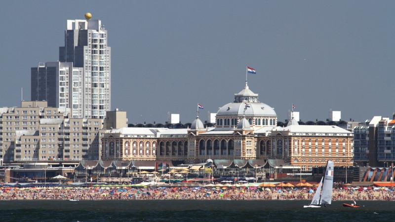 Der Strand von Scheveningen mit Kurhaus