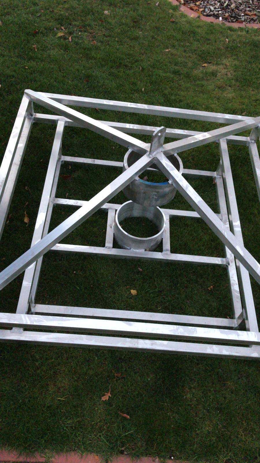 Das Basisgestell mit Aufnahme für den Mast ist fertig.