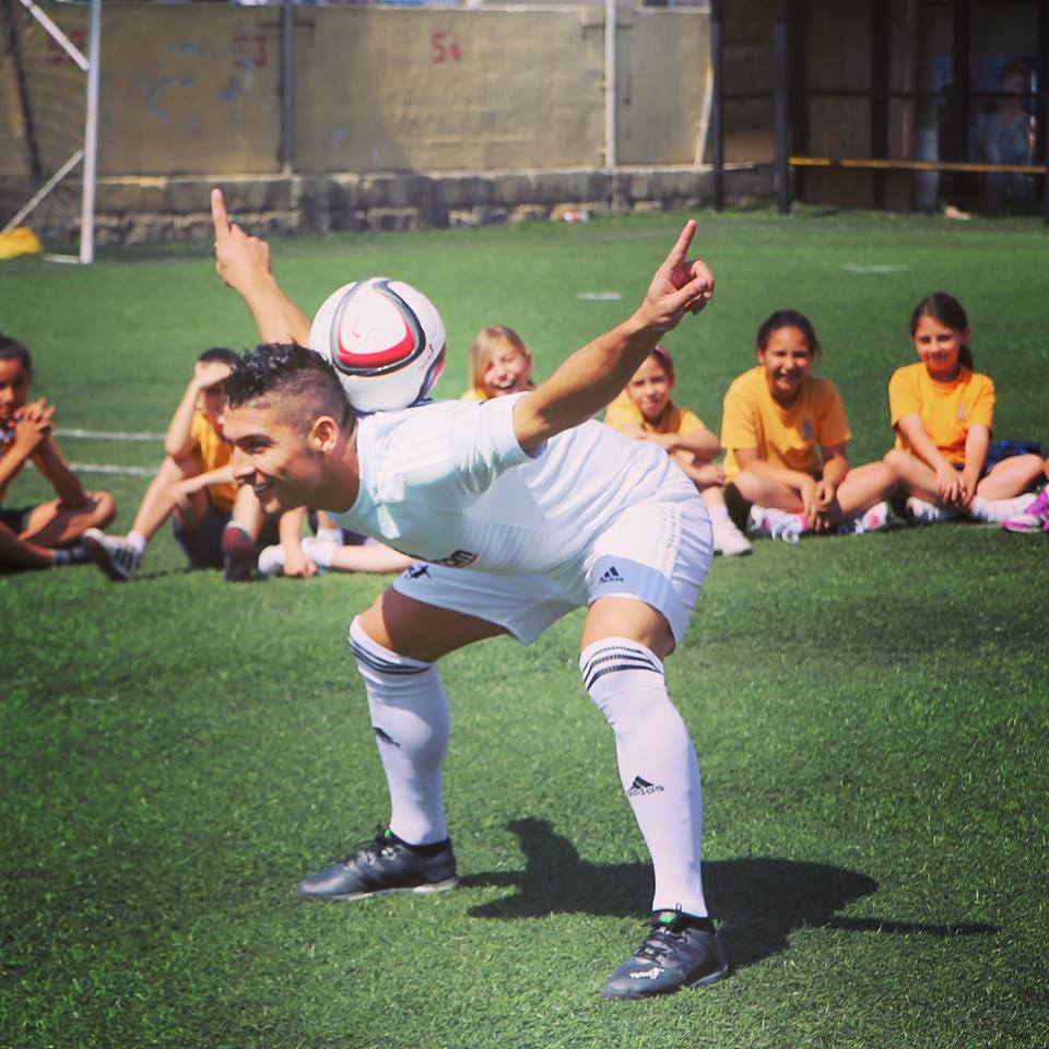 Fussball Freestyle Trick mit dem Nacken