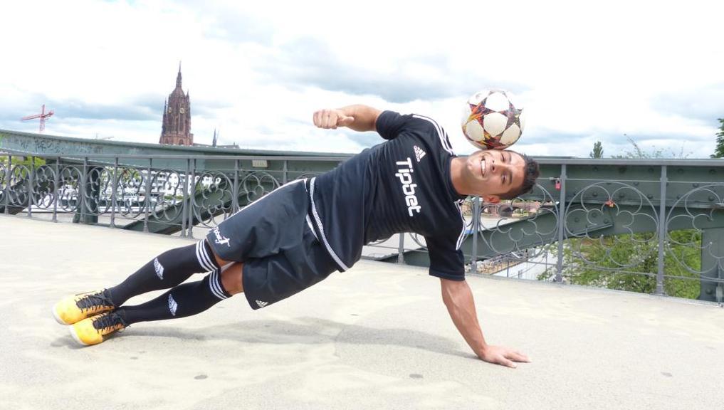 Freestyle Trick - den Ball mit der Schläfe halten