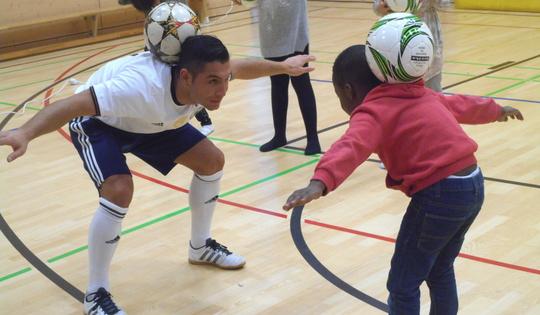 Fußballkünstler Saki begeistert Kinder in Sossenheim