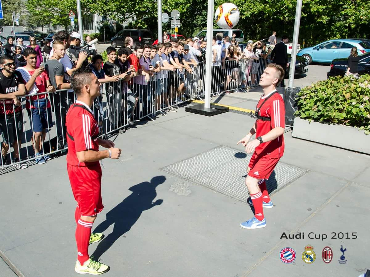 Freestyle Tricks im Duo- Kopfbälle Hin / Her mit Drehung
