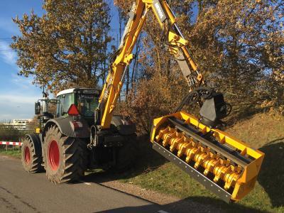 Hemos takkenvreter aan hydraulische giek HKZ (Verhart, Montfoort. November 2016) Werkbreedte 2 meter. Met vaste versnipperaarmessen. Kan achteroverdraaien als een klepelmaaier en voorover met een tegenmes.