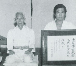 "喜納昌盛と伊佐真勇(Bishop, M.(1999), ""Okinawan Karate: Teachers, Styles and Secret Techniques,"" Tuttle Publishingより)"