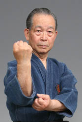 Motobu sōke demonstrating the me-oto-de kamae. The kamae of Motobu kenpo are unchanged from the time of the Ryukyu Kingdom.
