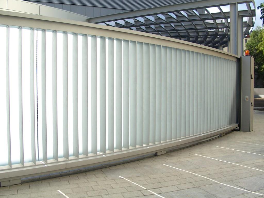 Radialtore als harmonische Ergänzung zur Gebäudefassade lassen keine Architektenwünsche offen.