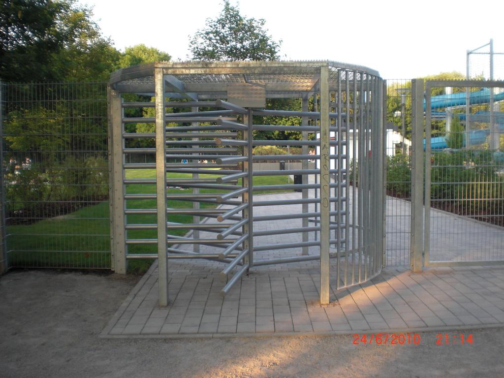 Behindertengerechtes Drehkreuz am Freibad kann nur in Ausgangsrichtung benutzt werden.