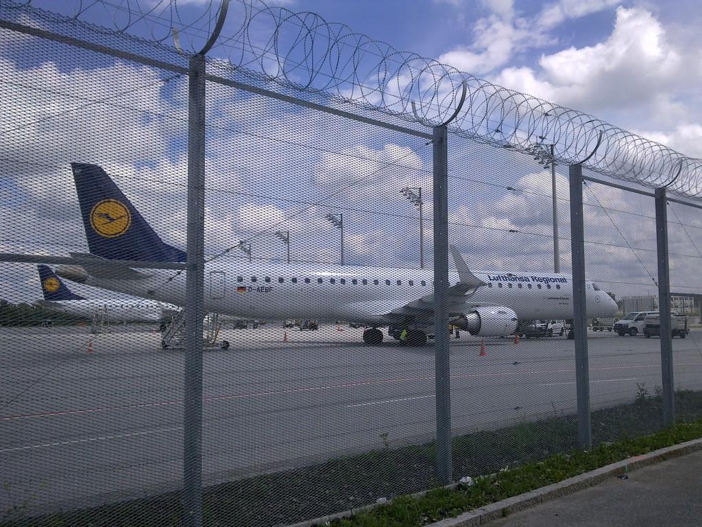 SecuriWire: Sicherheitszäun nach ICAO- Standard für Vorfelder (APRON) an Flughäfen hilft Sicherheitsabstände zu Luftfahrzeugen zu verringern und wertvolle Resourcen zu erschließen