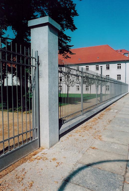 Zaun nach historischen Vorbild kombiniert mit Muschelkalksockel- und Pfeilern