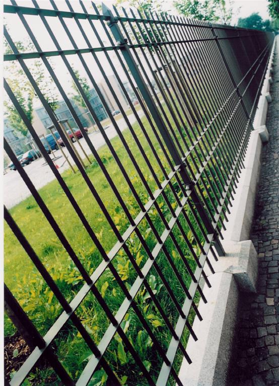 Zaun nach historischem Vorbild, kombiniert mit einem Granitsockel