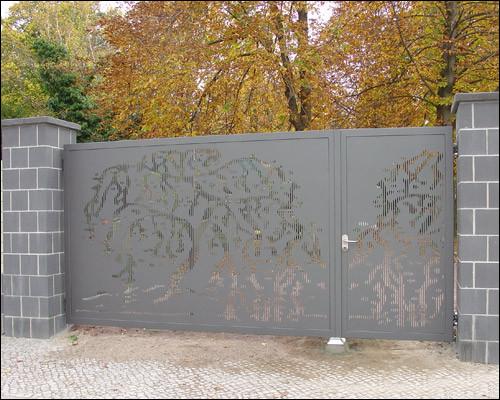 Wir liefern auch gelaserte Blechfüllung mit Motiven - hier eine Trauerweide in einem Friedhofstor.