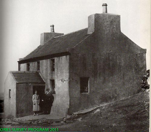 """Ci-dessus monsieur Irving et sa fille sur le seuil de leur ferme sur l'Île de Man. Le """"cas Gef"""" fut l'une des plus bizarres enquêtes de Price."""