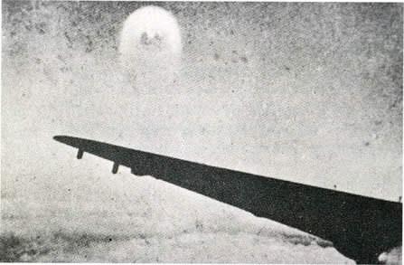 Des avions accompagnés par d'étranges sphères