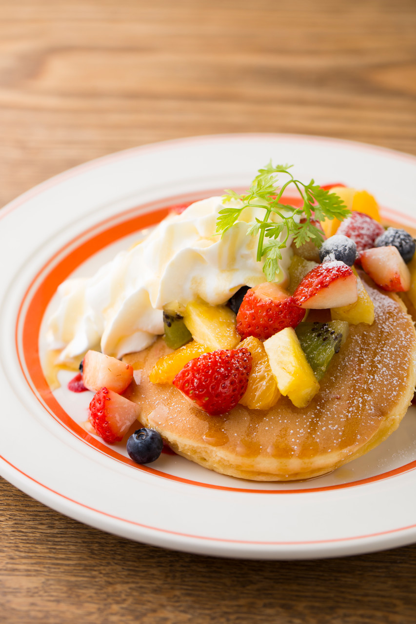 厚めのパンケーキに 季節ごとに変わるフルーツと ふわふわクリームをトッピング♪