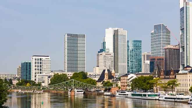 skyline frankfurt gebaeude fluss schiffe himmel
