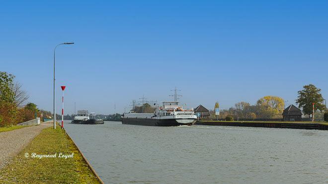 waterways crossing minden trough bridge barges