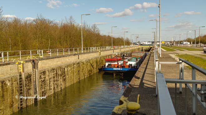 rhein-herne-kanal schleuse herne-ost schiff schleusenkammer