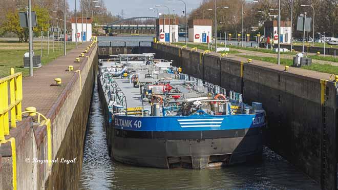 rhein-herne-kanal schleuse oberhausen tankschiff