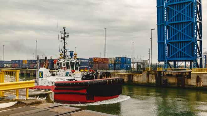 schlepper schleuse See hafen zeebrugge belgien