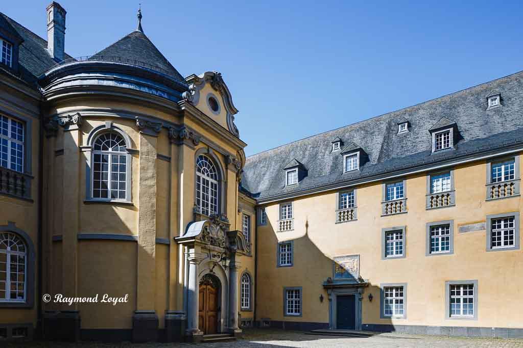 castle dyck courtyard