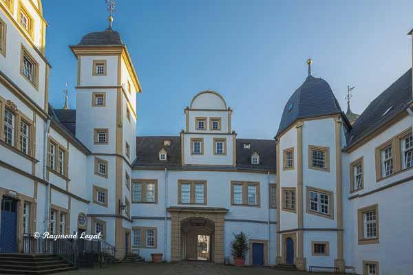 neuhaus castle courtyard