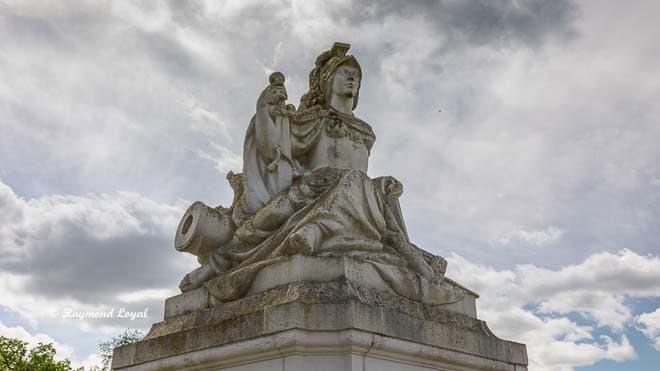schloss augustusburg bruehl tor skulptur