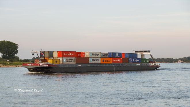 containerschiff auf dem rhein