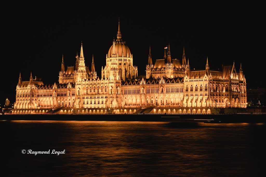 budapest house of parliament at night